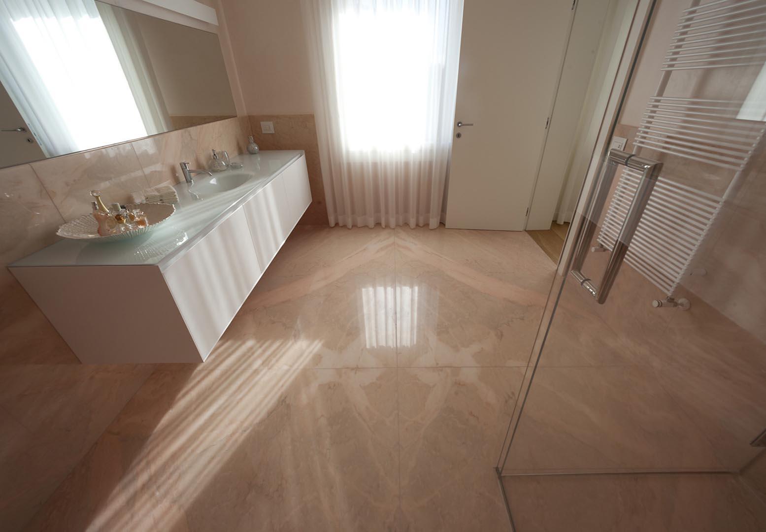 Bagno con pareti pavimenti lavandino e doccia in Marmo Rosa Portogallo