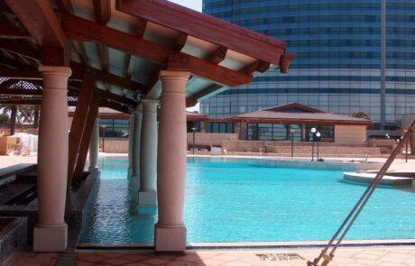 Bordo piscina allo Sheraton Oran Hotel rivestito in Marmo Grolla
