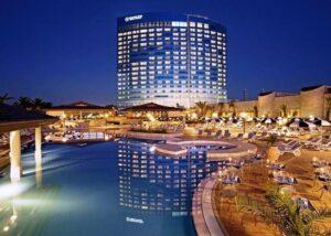 Bordo piscina dello Sheraton Oran Hotel in Algeria rivestito con Marmo Grolla
