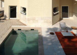 Bordo piscina di ville residenziali italiane realizzato in Marmo Grolla