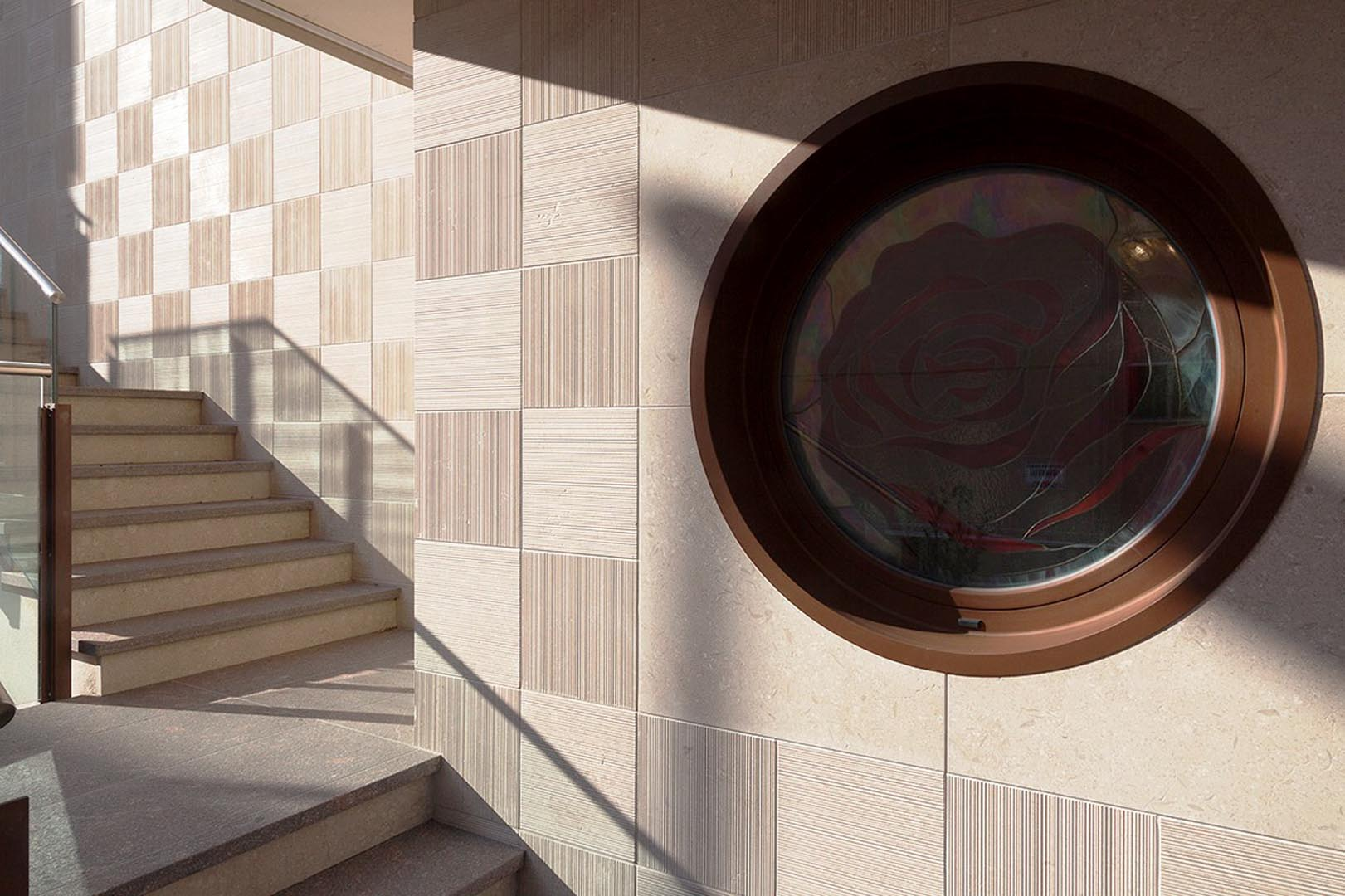 Dettagli facciata di Marmo Grolla all Hotel Rosa Purpurea di Valdagno