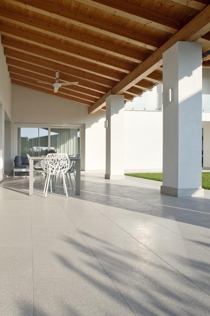 Dettagli facciata e pavimento realizzati con marmo Grigio Olivo