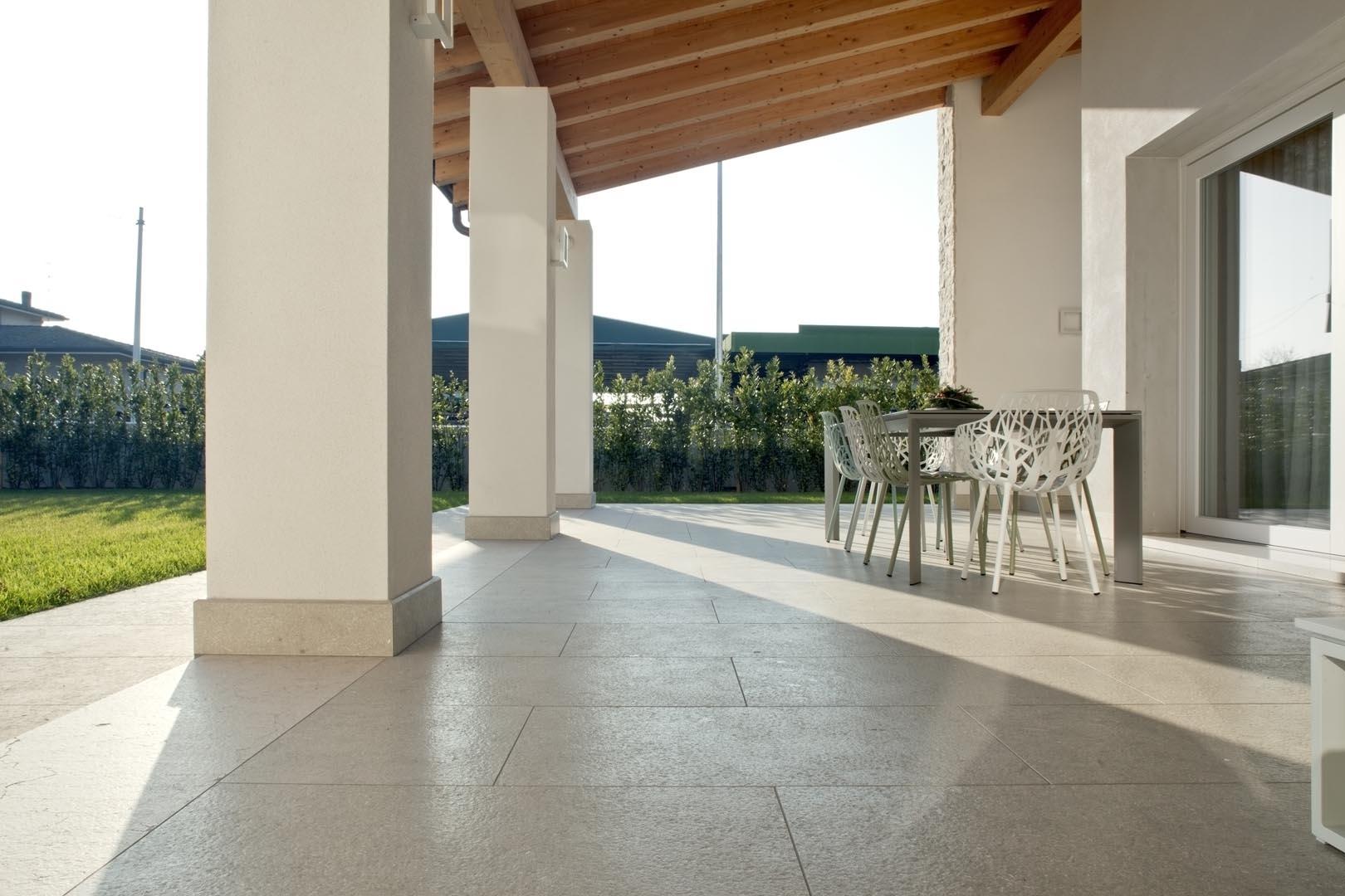 Dettagli pavimento villa italiana fatti con Marmo Grigio Olivo