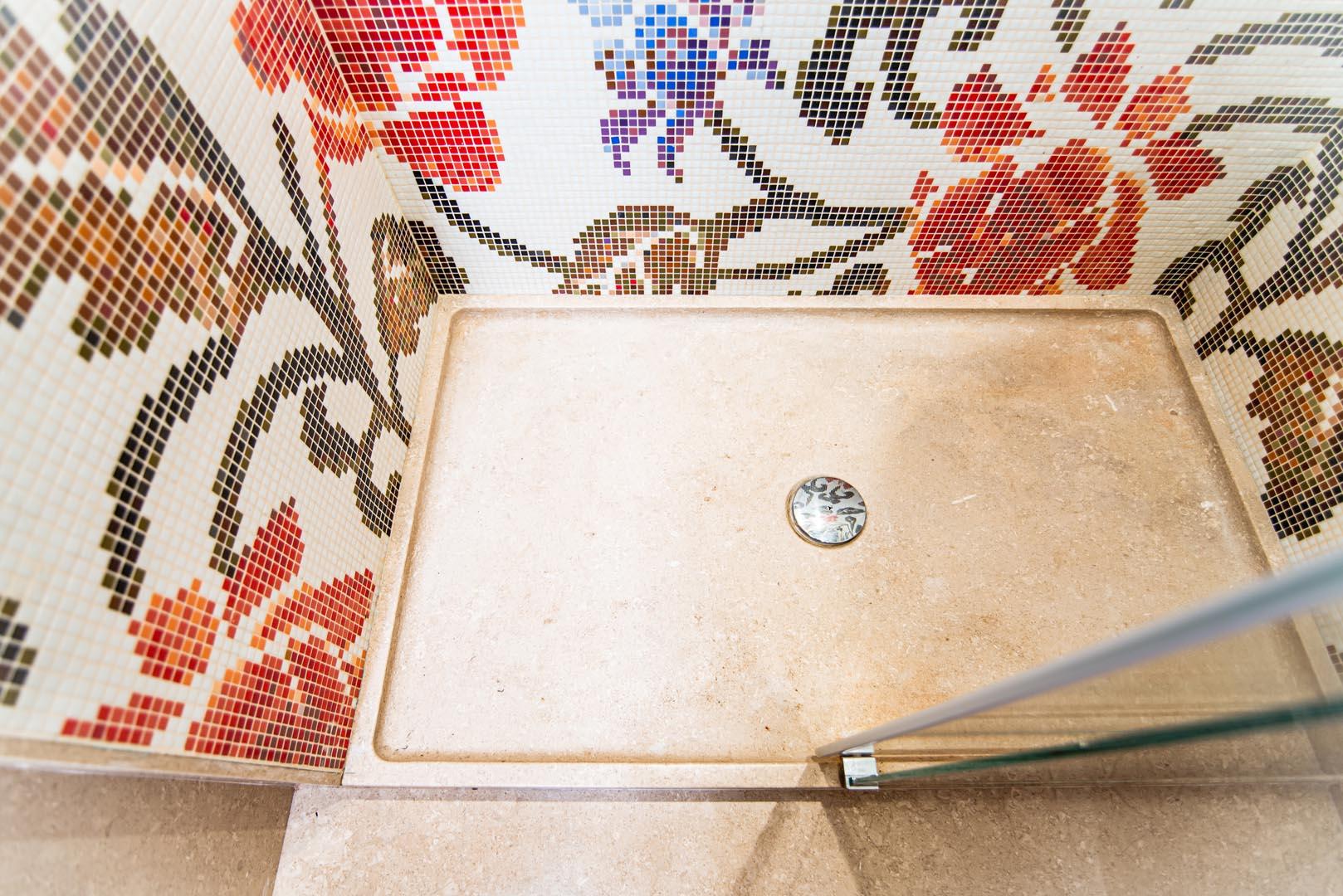 Dettaglio bagno Grolla con mosaico Bisazza