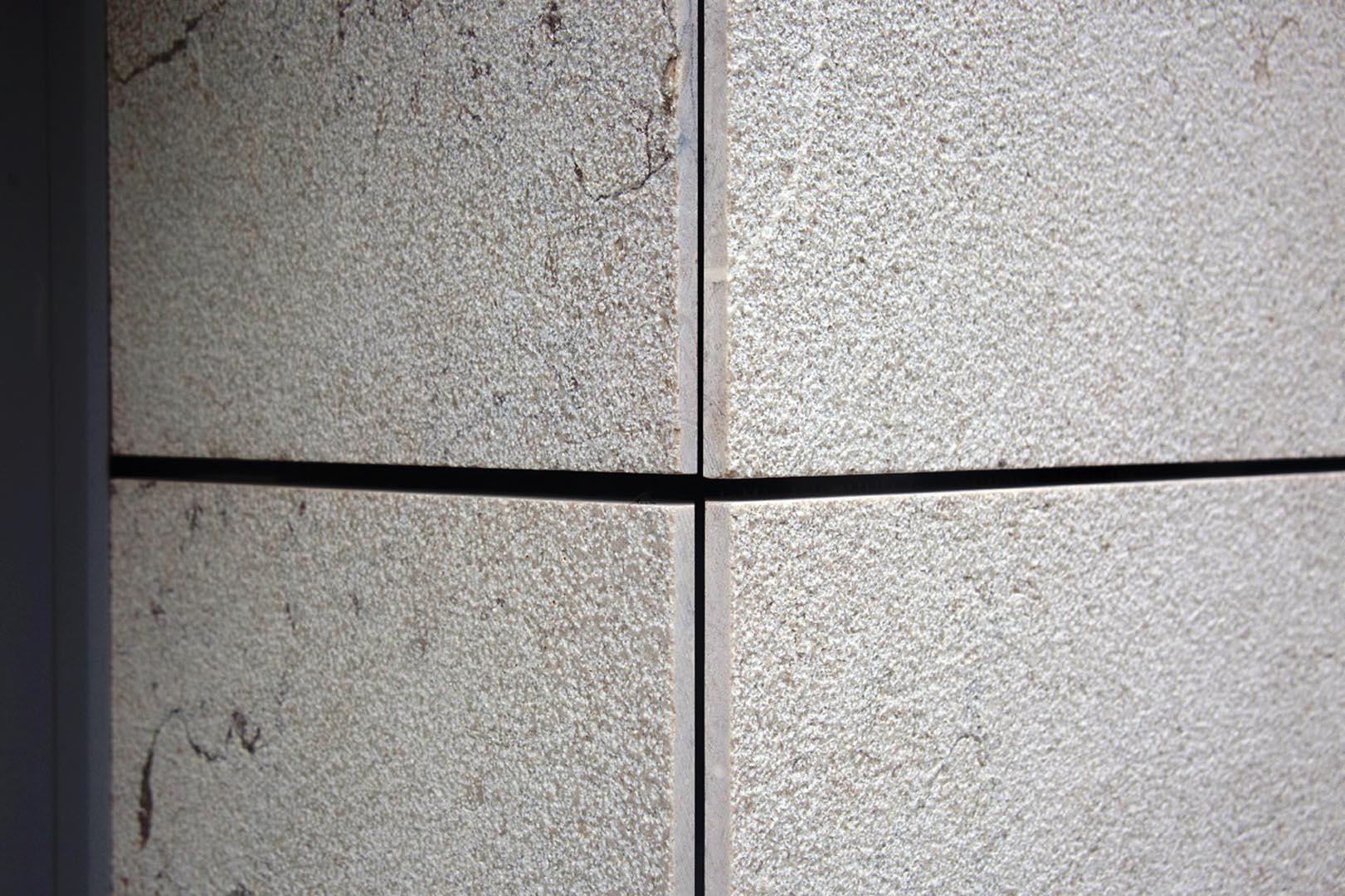 Dettaglio del rivestimento in Marmo Grolla al Polo Scolastico di Mezzolombardo