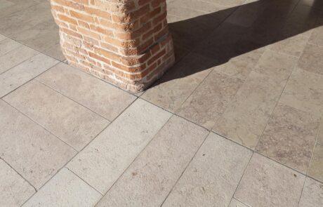 Dettaglio della pavimentazione esterna villa privata italiana in Marmo Grolla