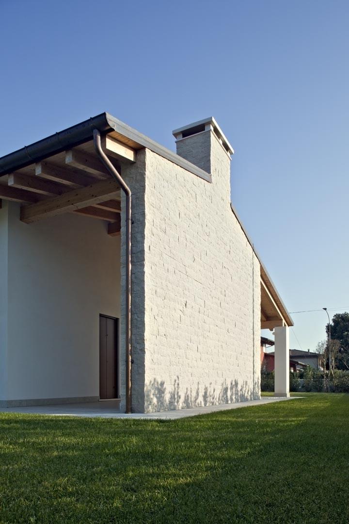 Dettaglio facciata di una villa in Marmo Grigio Olivo