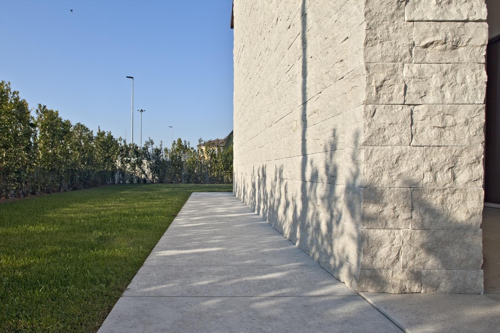 Dettaglio muro in Marmo Grigio Olivo