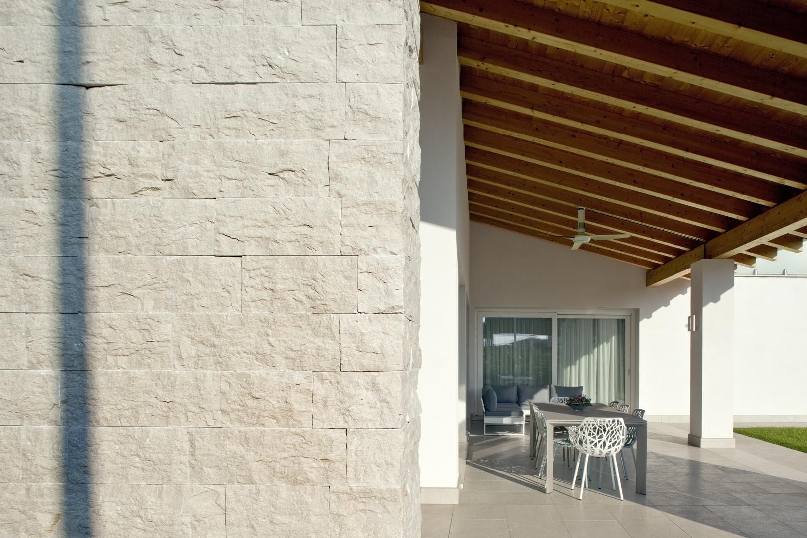 Dettaglio muro in Marmo Grigio Olivo di una villa
