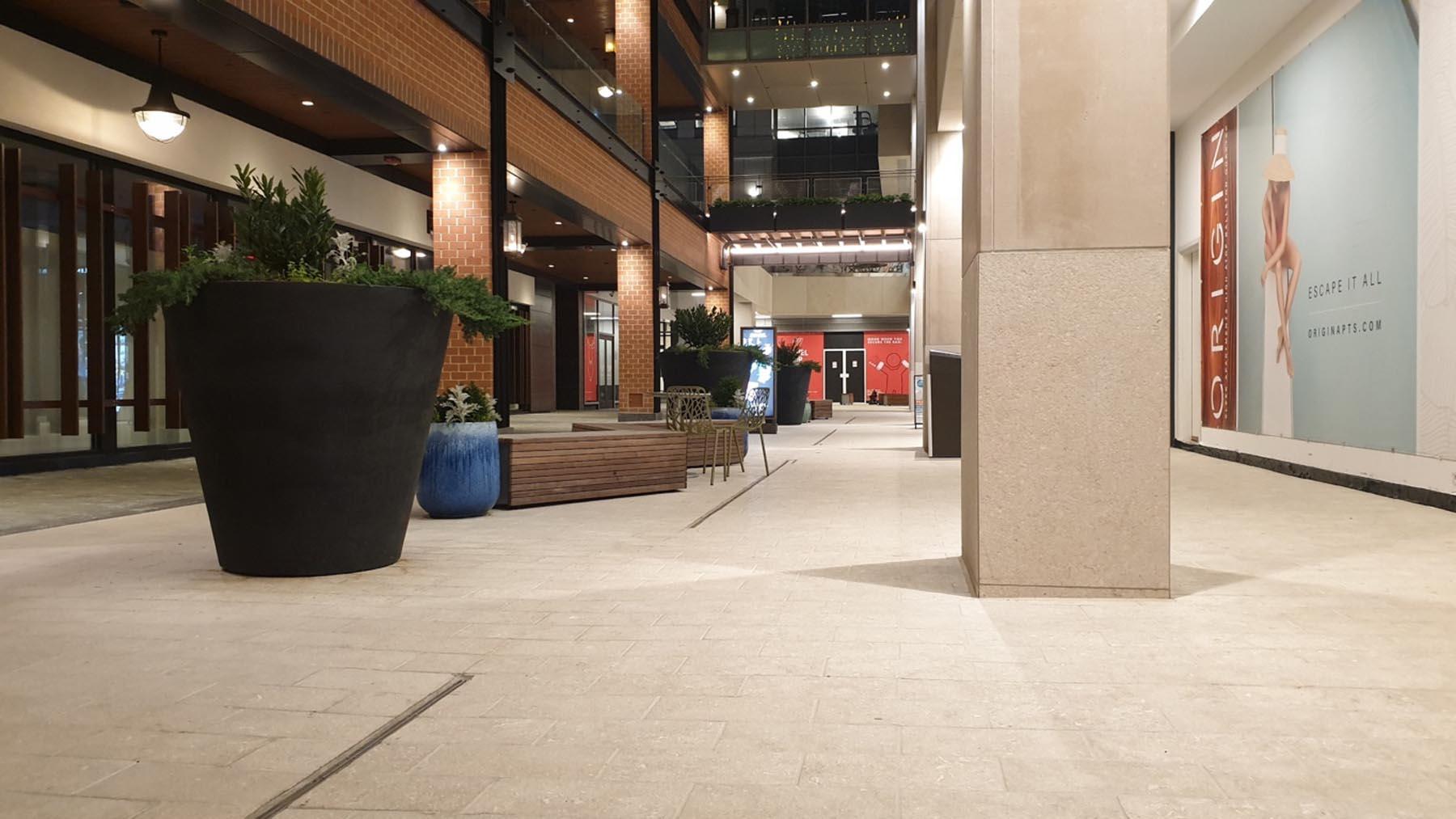 Dettaglio pavimento e colonna in Marmo Grigio Olivo e Marmo Grolla