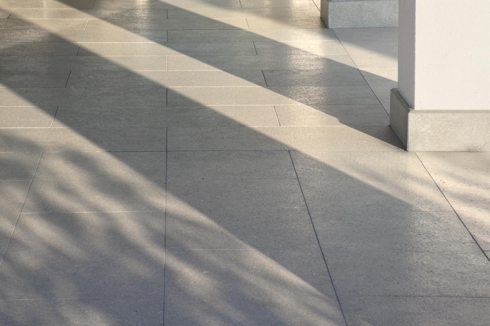 Dettaglio pavimento in Marmo Grigio Olivo in una villa