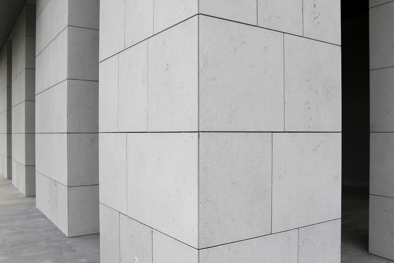 Dettaglio rivestimento in Marmo Grolla alla Torre Edison di Milano