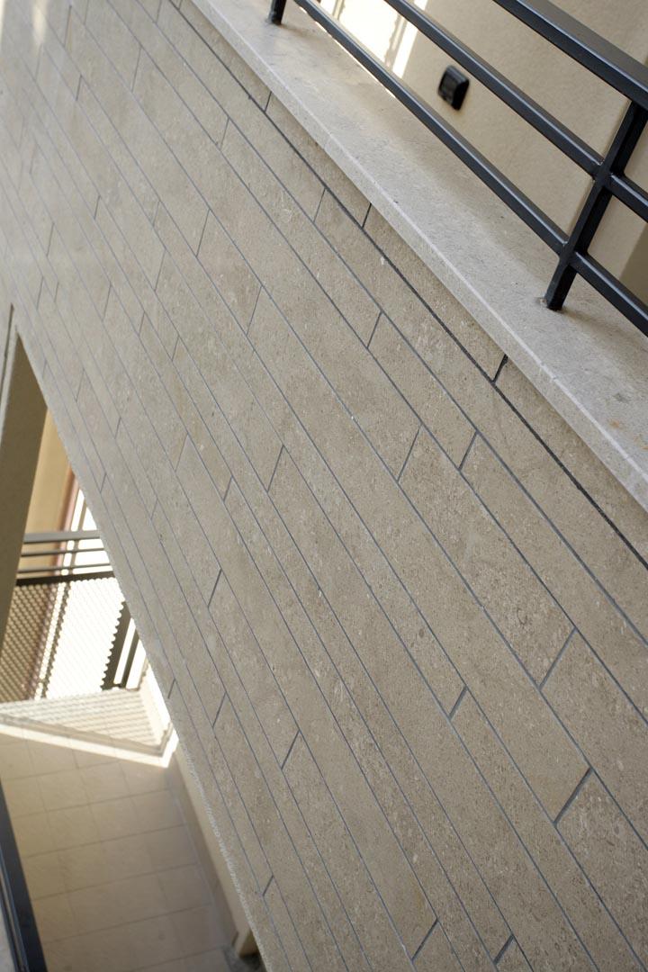 Dettaglio rivestimento in Marmo Grolla di edificio residenziale italiano