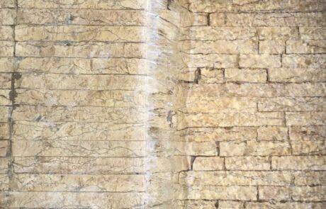 Dettaglio rivestimento parete in Marmo Grolla a levico terme nel centro storico