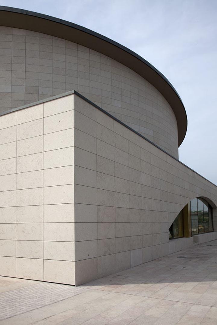 Dettaglio su facciata rivestita di Marmo Grolla della Chiesa di Sant Alessandro Grassobbio