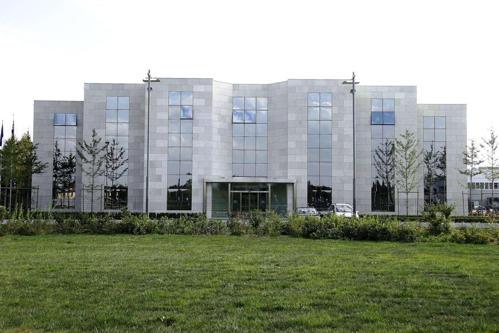 Edificio direzionale a Padova con Facciata in Marmo Grolla