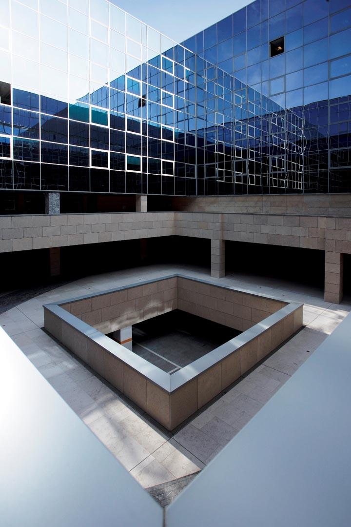 Facciata e pavimento Palazzo della Regione Udine in Marmo Grolla