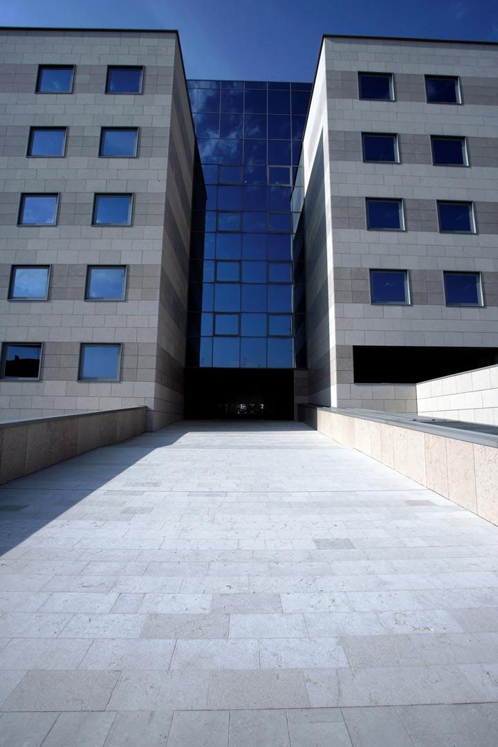 Facciata e pavimento esterno Palazzo della Regione Udine in Marmo Grolla