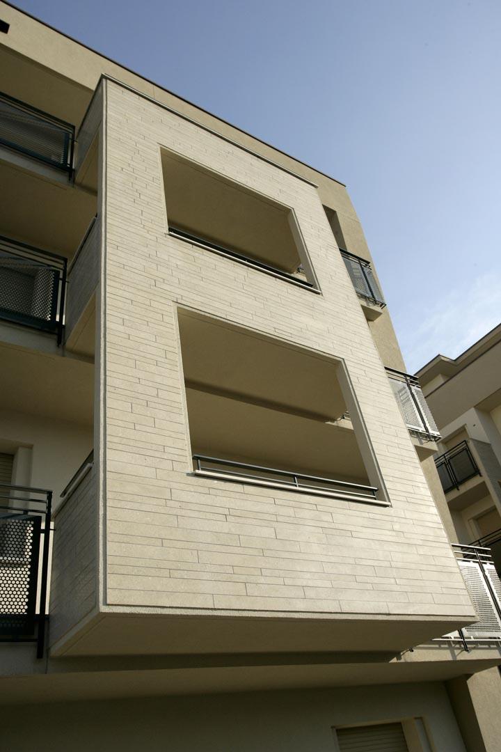 Facciata edificio residenziale italiano rivestito in Marmo Grolla