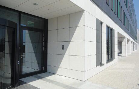 Il Marmo utilizzato per questa facciata dello Poleczki Business Park è il Marmo Grolla