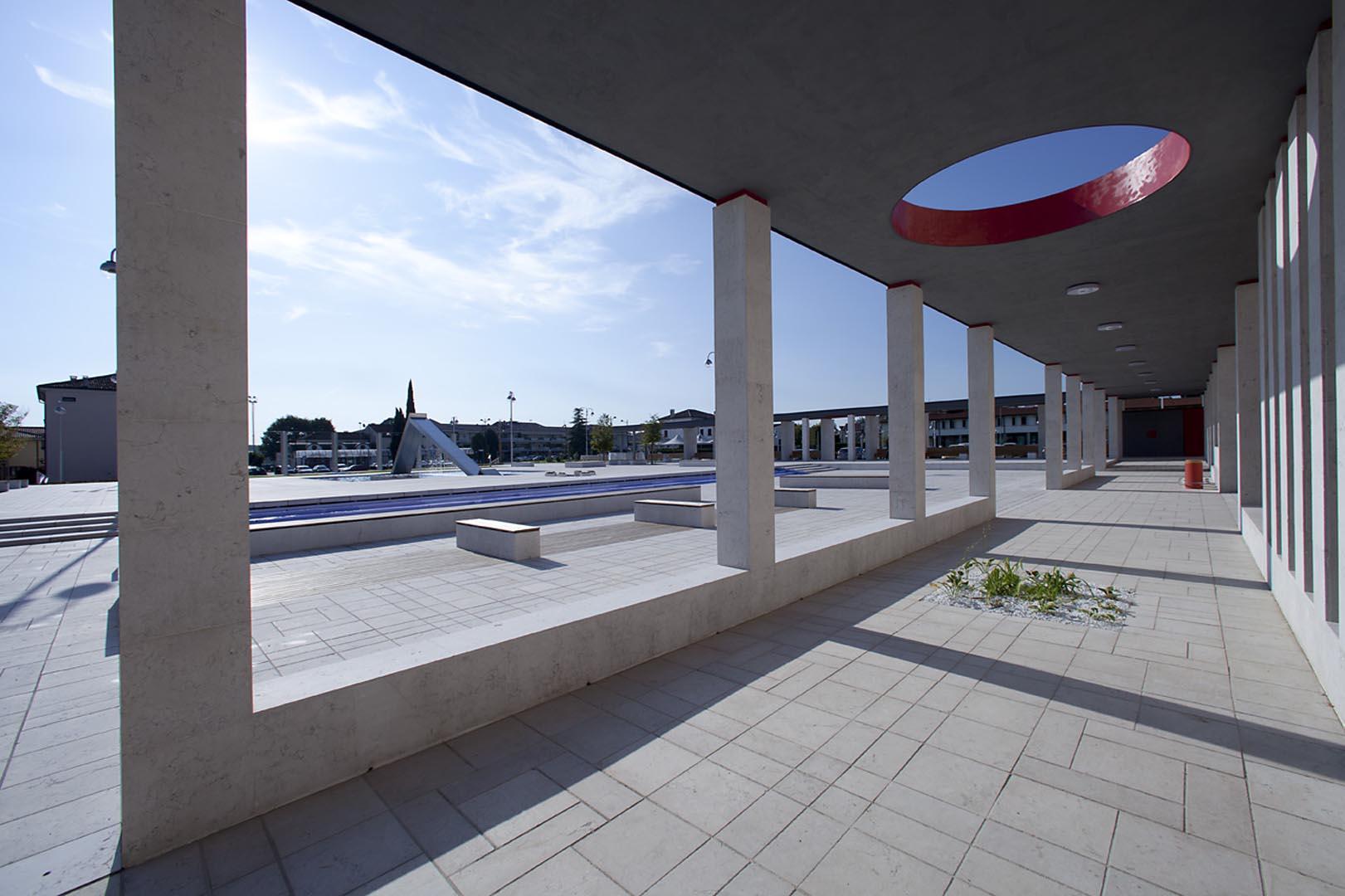 Marmo Grolla usato per rivestire i pavimenti e decorazioni a Piazza Europa di Noventa Padovana