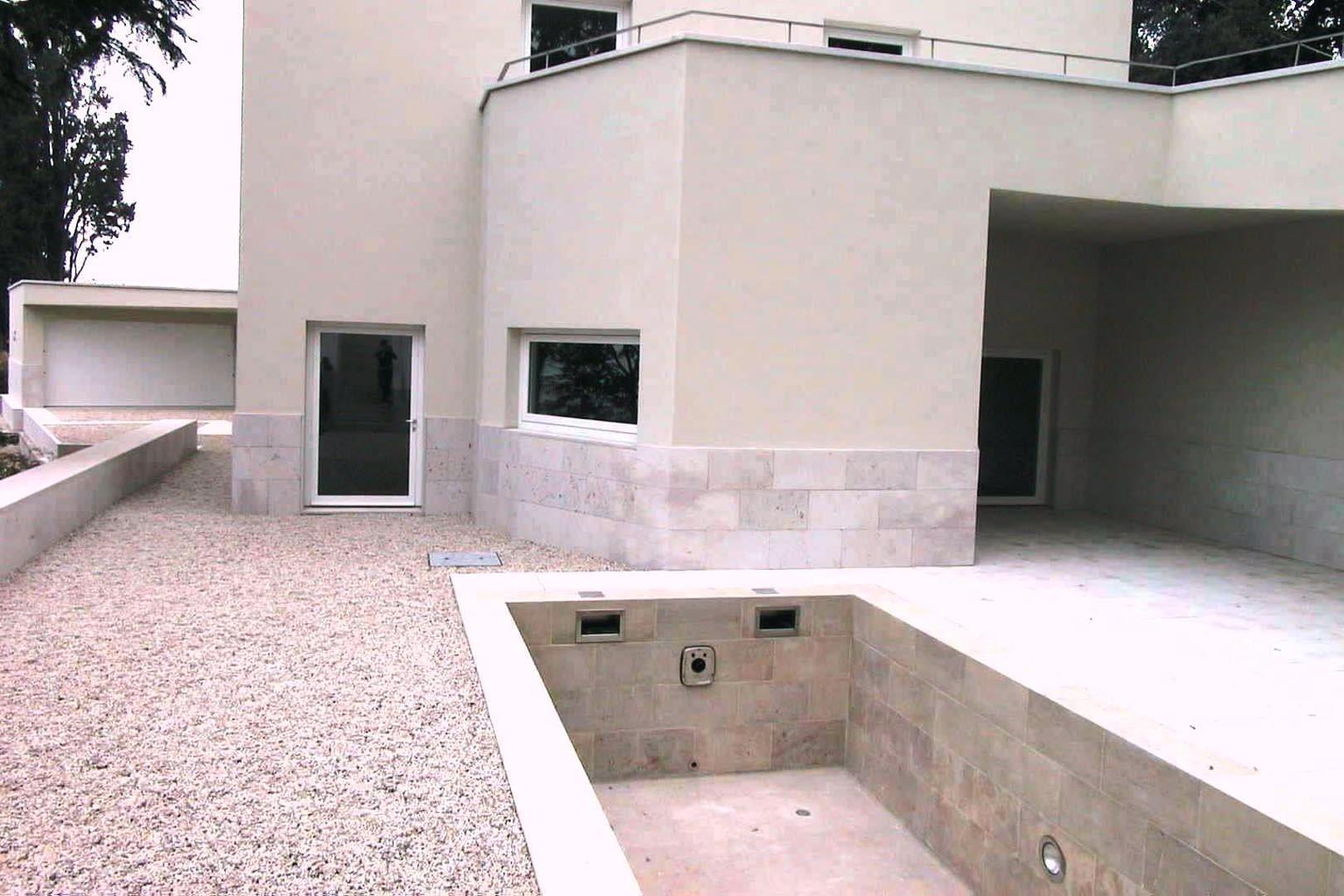 Marmo Grolla utilizzato per bordo piscina di ville residenziali italiane