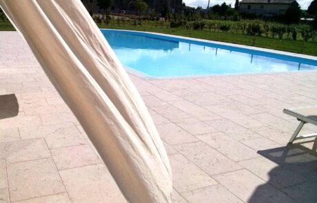 Marmo Grolla utilizzato per il bordo di una piscina privata in una villa italiana
