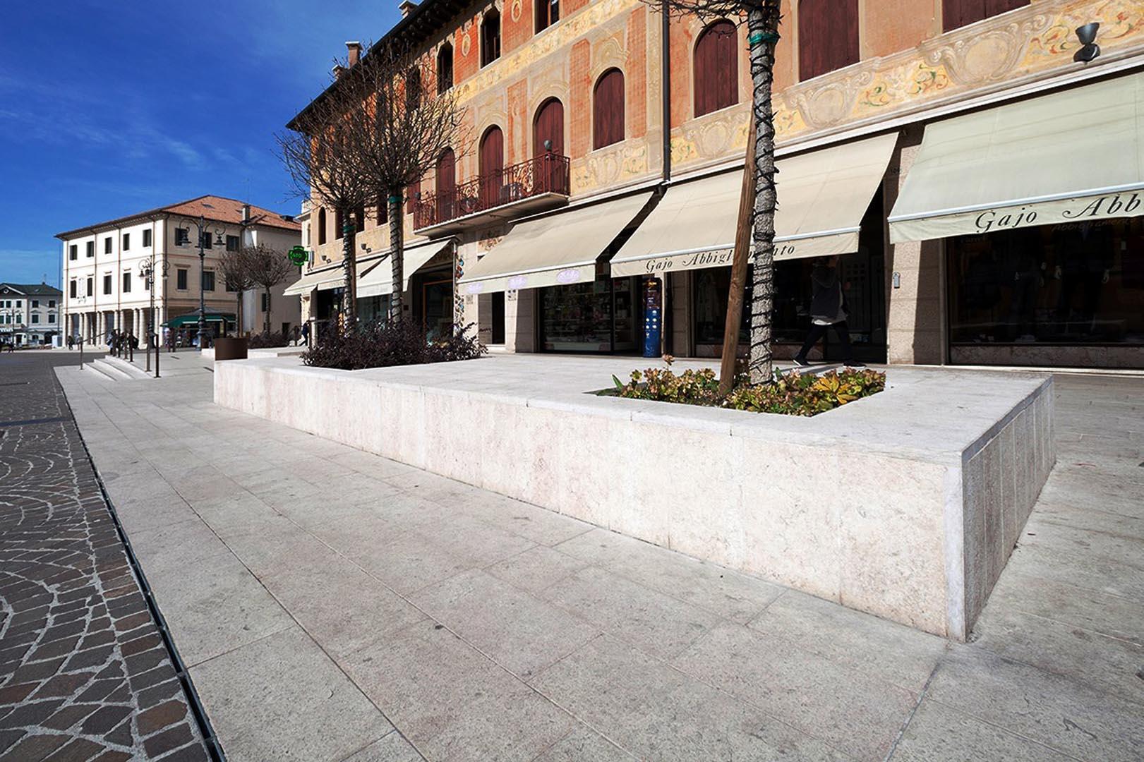 Pavimentazione di Piazza Monnet e Petrarca in Marmo Grolla