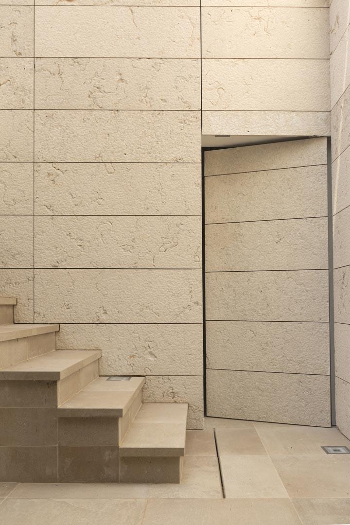 Pavimentazione e scalini di una villa privata a Malta realizzati in Marmo Grolla