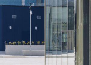 Pavimentazione esterna di Living in the blue Milano realizzato in Marmo Grolla