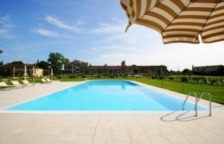 Pavimentazione in Marmo Grolla su piscina in villa italiana