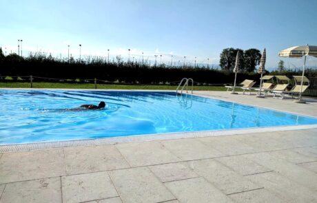 Pavimento a bordo di una piscina privata realizzato in Marmo Grolla