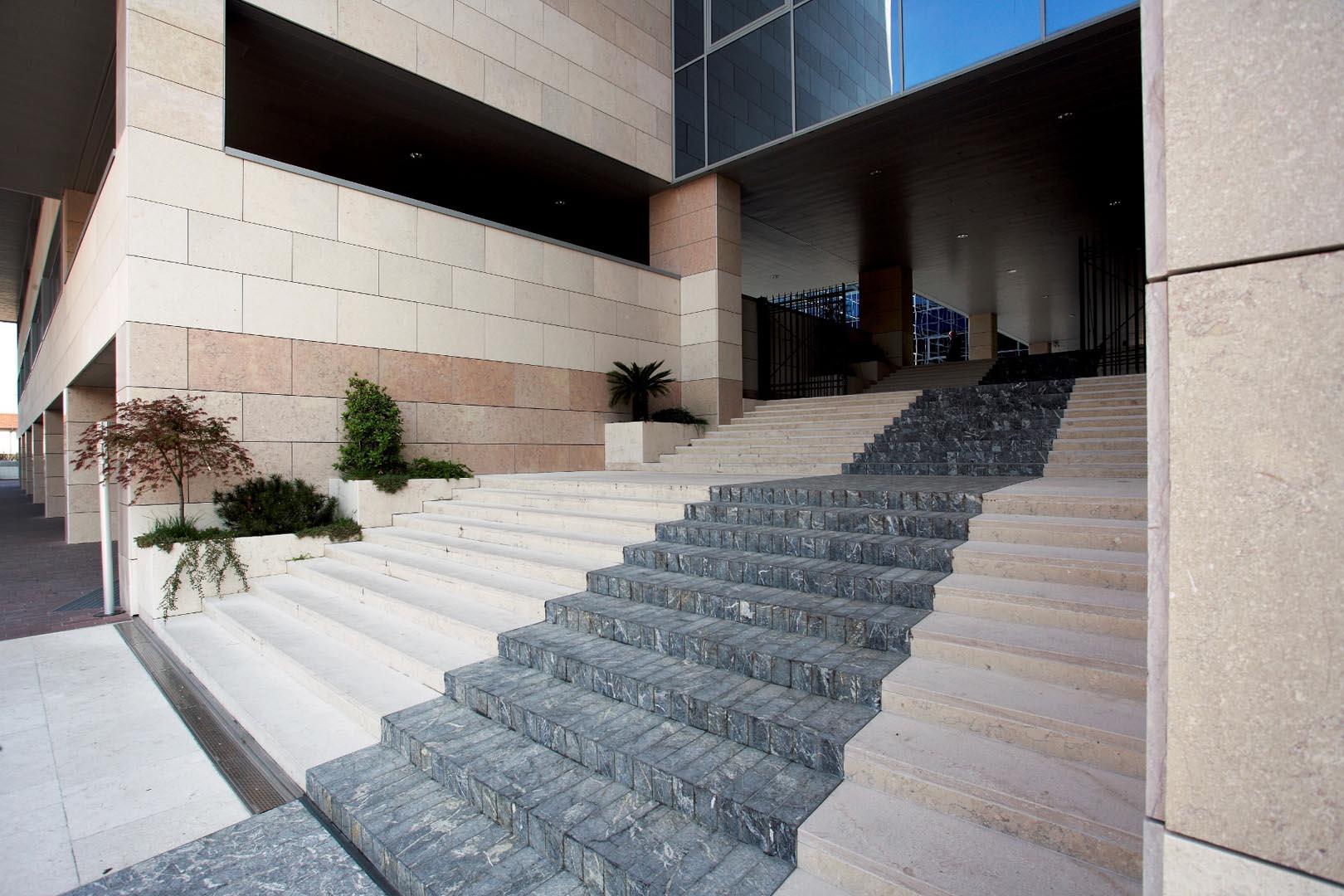 Pavimento e scalinate Palazzo della Regione Udine in Marmo Grolla