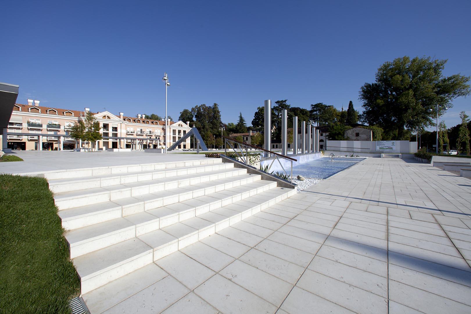 Piazza Europa a Noventa Padovana pavimentazione rivestita di Marmo Grolla