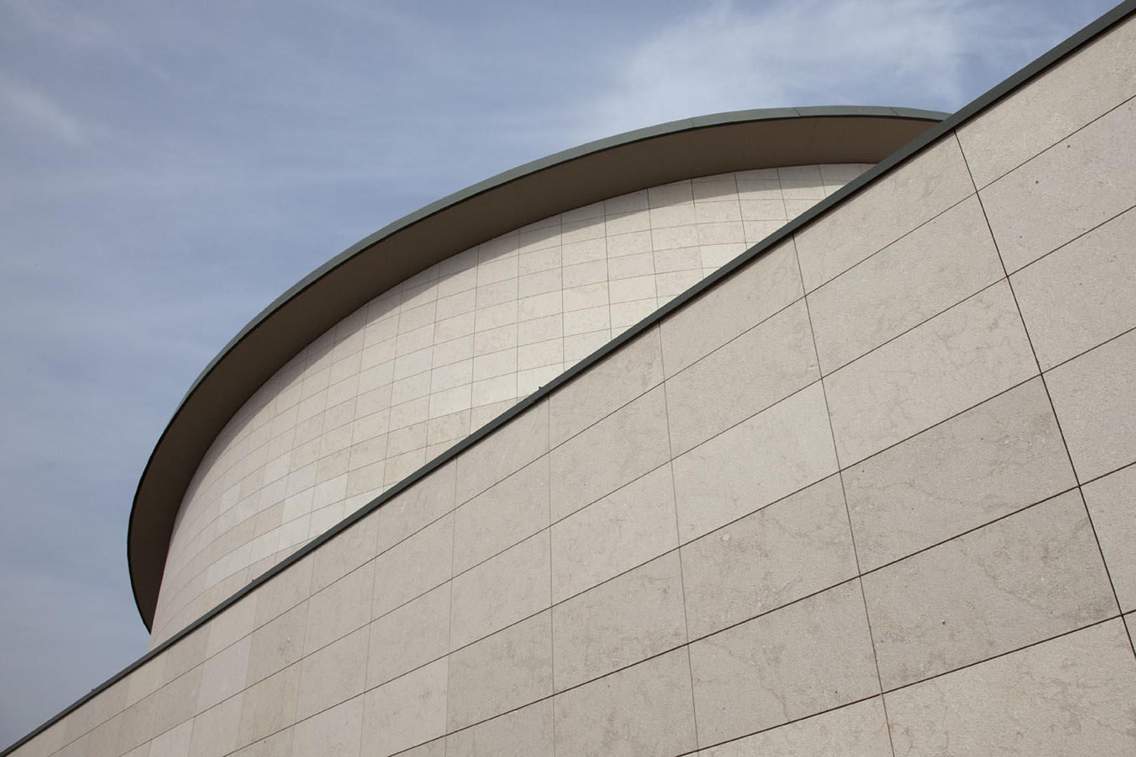 Ravvicinato su facciata della chiesa di sant alessandro grassobbio di bergamo rivestita con Marmo Grolla