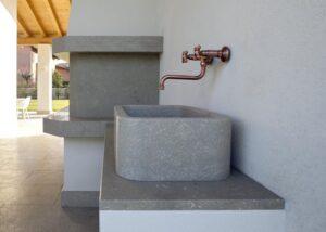 Rivestimento di camino e lavandino in Marmo Grigio Olivo in villa privata italiana