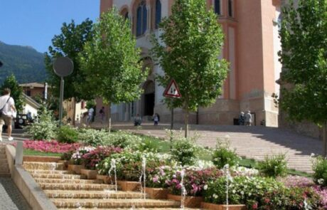 Rivestimento fontana nel centro storico di levico terme in Marmo Grolla