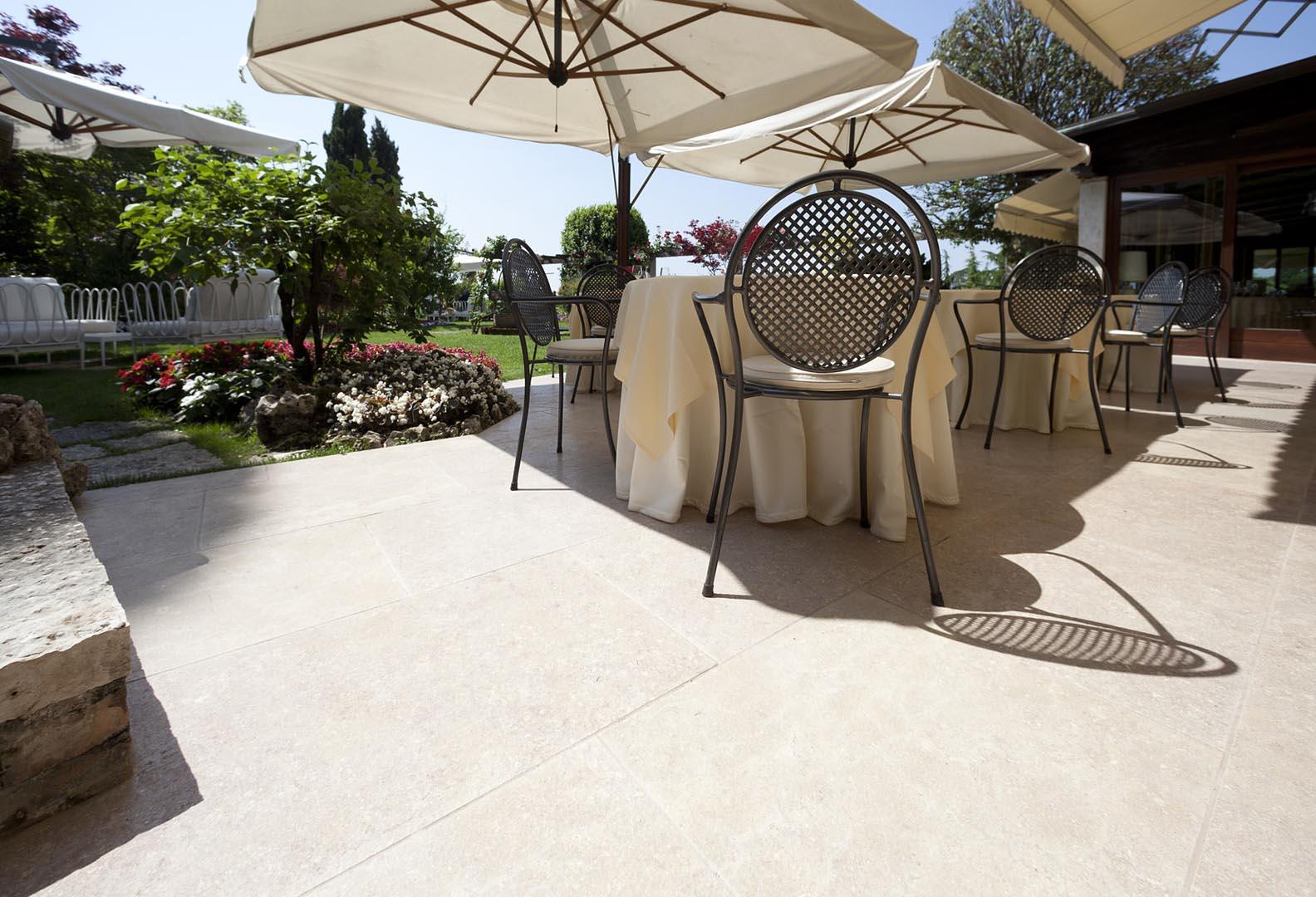 Terraza per sala da pranzo in Marmo Grolla all Hotel Cipriani di Asolo
